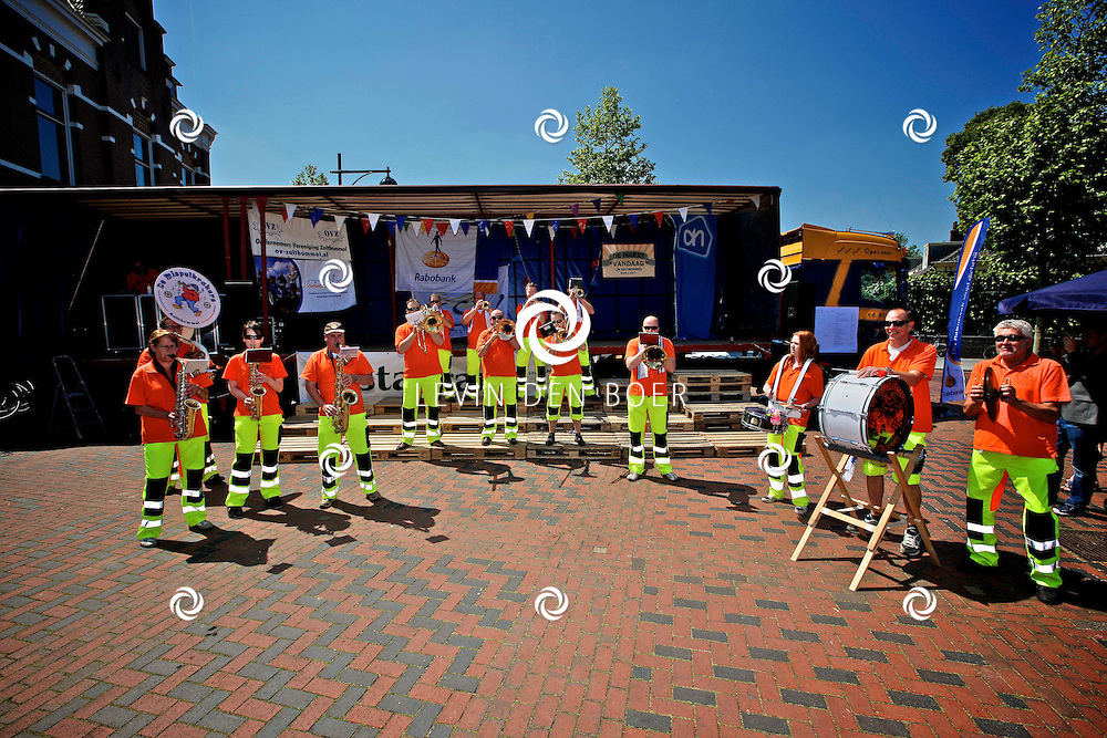 ZALTBOMMEL - In de binnenstad van Zaltbommel traden diversen kappellen op het winkelend publiek. Natuurlijk is dit een wedstrijd en de beste zal winnen deze dag. FOTO LEVIN DEN BOER - PERSFOTO.NU