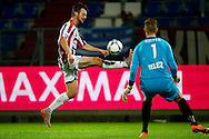 19-09-2015 VOETBAL:WILLEM II- FC UTRECHT:TILBURG<br /> <br /> Erik Falkenburg van Willem II probeert de bal over Robbin Ruiter van FC Utrecht heen te wippen<br /> <br /> <br /> Foto: Geert van Erven