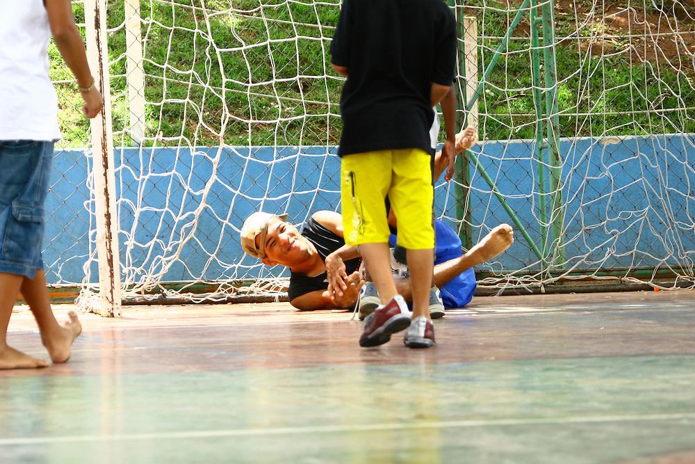 Belo Horizonte_MG, Brasil...Deficiente jogando futebol na  Escola Municipal Helio Pelegrino...The disability boy playing soccer in the Escola Municipal Helio Pelegrino...FOTO: BRUNO MAGALHAES /  NITRO