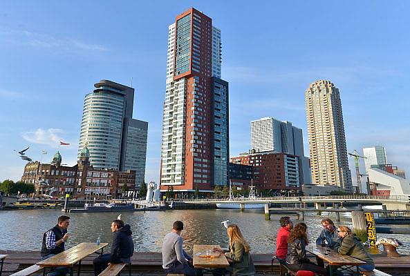 Nederland, The Netherlands, Rotterdam, 20-9-2015Stadsbeeld van de stad.  Rijnhaven en kop van zuid, wilhelminapier, mensen zitten bij het water voor de Fenix Food FactoryFOTO: FLIP FRANSSEN/ HH