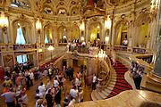 Wiesbaden, Landeshauptstadt von Hessen, Hessisches Staatstheater, Foyer während der Pause mit Besuchern
