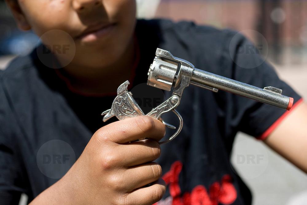 Nederland Rotterdam 24-05-2009 20090524 Foto: David Rozing .                                                                                    .Achterstandswijk Bloemhof Rotterdam Zuid, groepje jongen laat speelgoed pistool zien   Young boy showing off his toy gun  .Foto: David Rozing