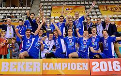 21-02-2016 NED: Bekerfinale Abiant Lycurgus - Landstede Volleybal, Almere<br /> Lycurgus viert een feestje als zij de Nationale beker winnen door Landstede Volleybal met 3-1 te verslaan / Teamfoto