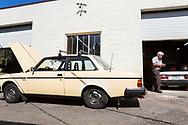 Dennis Dillon reparerar Carla Shetzlines gula Volvo 240 hos Alamo Automotive i Portland, Oregon, USA.<br /> Foto: Christina Sj&ouml;gren
