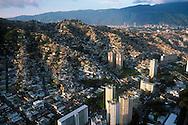 La vista aérea de las zonas marginales de la ciudad de Caracas. Muestra las miles de casas construidas cerro arriba. A sus pies, los edificio que son rodeados por la sobre población. Caracas, 19 - 09 - 2005 (Ramón Lepage / Orinoquiaphoto)..