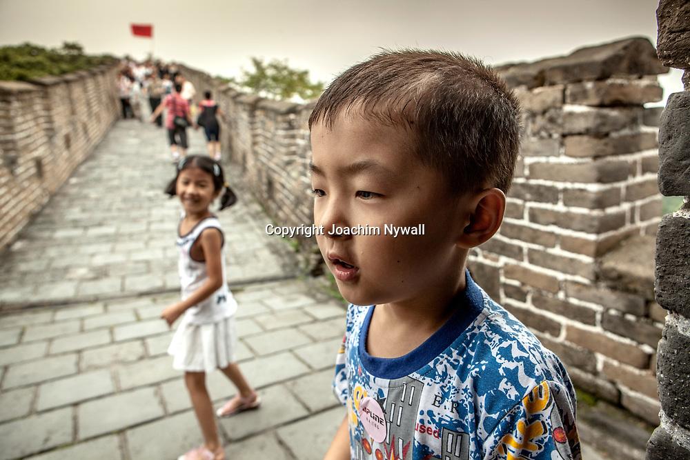 2011 08 Beijing  China Peking Kina<br /> Mutianyu &auml;r en sektion av kinesiska muren bel&auml;get i Huairou-distriktet, cirka 60 km nord&ouml;st om Peking<br /> Liten kille och tjej p&aring; kinesiska muren<br /> <br /> ----<br /> FOTO : JOACHIM NYWALL KOD 0708840825_1<br /> COPYRIGHT JOACHIM NYWALL<br /> <br /> ***BETALBILD***<br /> Redovisas till <br /> NYWALL MEDIA AB<br /> Strandgatan 30<br /> 461 31 Trollh&auml;ttan<br /> Prislista enl BLF , om inget annat avtalas.