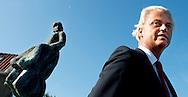 URK - PVV-leider Geert Wilders brengt tijdens zijn verkiezingscampagne een werkbezoek aan de Visafslag op Urk.