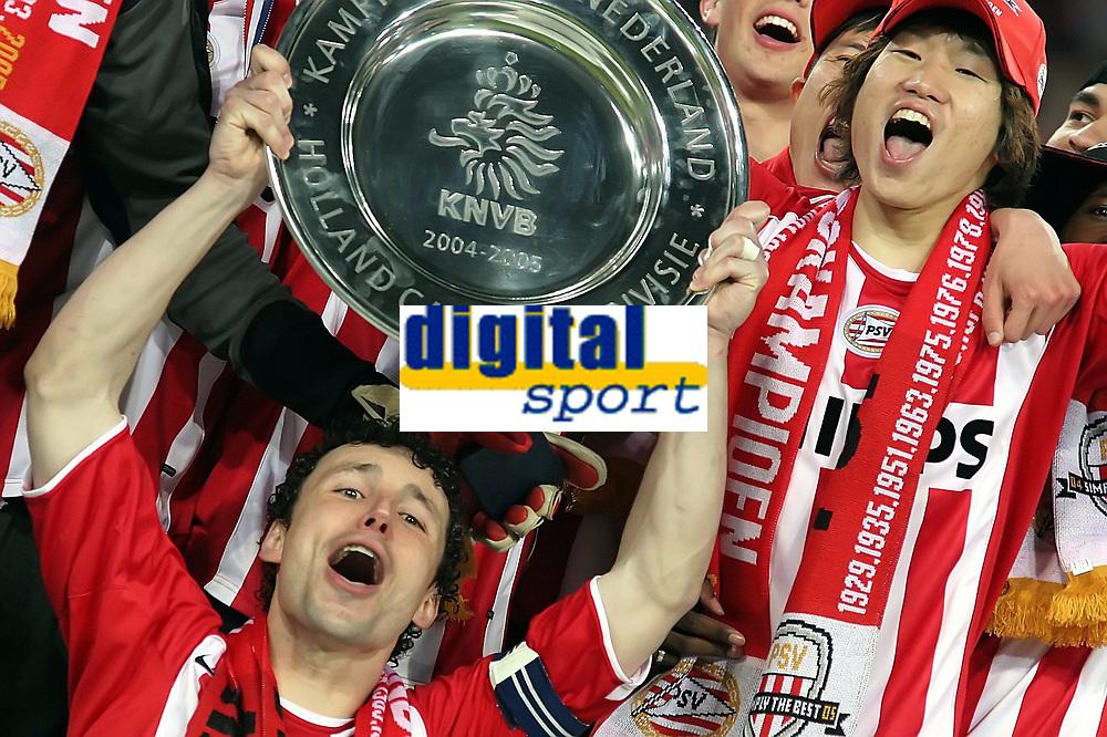 Fotball<br /> Nederland 2004/05<br /> PSV Eindhoven v Vitesse<br /> 23. april 2005<br /> Foto: Digitalsport<br /> NORWAY ONLY'<br /> Kaptein Mark van Bommel og PSV feirer seriegullet