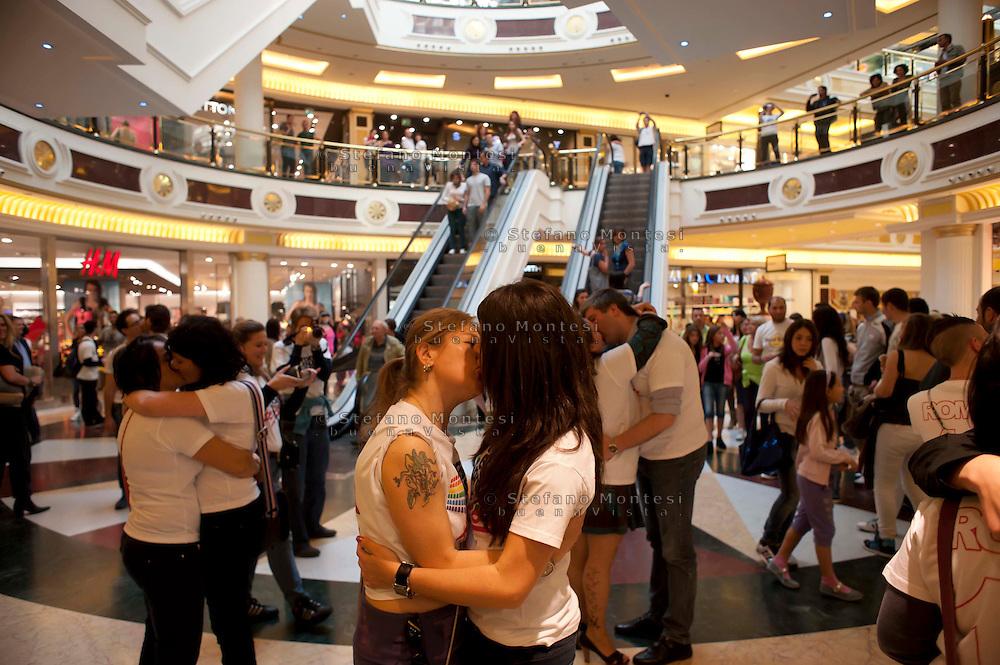 Roma 7 Maggio 2011.Flash mob non solo di baci..Per i diritti delle persone LGTB e per lanciare l'iniziativa dell'Europride 2011,  organizzato dai volontari del Circolo di Cultura Omosessuale Mario Mieli al centro commerciale EUROMA2..