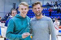 ROTTERDAM  - Jocjhem Bakker (Adam), Beste zaalhockeyer van het seizoen met Robert Tigges (r), winnaar van vorig seizoen.  finale NK  zaalhockey hoofdklasse, Den Bosch H1-Amsterdam H1 (2-5) .   COPYRIGHT  KOEN SUYK