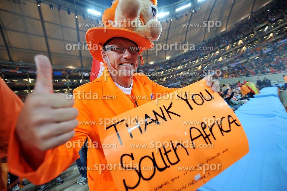 """11.07.2010, Soccer-City-Stadion, Johannesburg, RSA, FIFA WM 2010, Finale, Niederlande (NED) vs Spanien (ESP) im Bild ein holländischer Fans mit einem Schild mit der Aufschrift, """"Thank you South Afrika"""", EXPA Pictures © 2010, PhotoCredit: EXPA/ InsideFoto/ Perottino *** ATTENTION *** FOR AUSTRIA AND SLOVENIA USE ONLY! / SPORTIDA PHOTO AGENCY"""