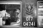 Nederland, 10-4-1991Mensen, reizigers, passagiers van de trein uit Rusland en Polen rijden Nederland binnen . De douane controleert de paspoorten en de conducteur de kaarjes, plaatsbewijs . De Poolse mensen komen ook voor de wekelijkse automarkt in Utrecht waar ze een goedkopen ocasion hopen te kopen .Foto: Flip Franssen