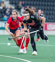 AMSTELVEEN  - Eva de Goede (Adam) met Klaartje de Bruijn (Laren)  tijdens de hoofdklasse competitiewedstrijd hockey dames , Amsterdam-Laren (3-0)  , COPYRIGHT KOEN SUYK