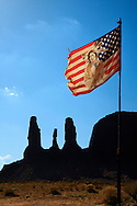 Bandera de los nativos americanos y roca The Three Sisters, Monument Valley, Arizona (Estados Unidos)
