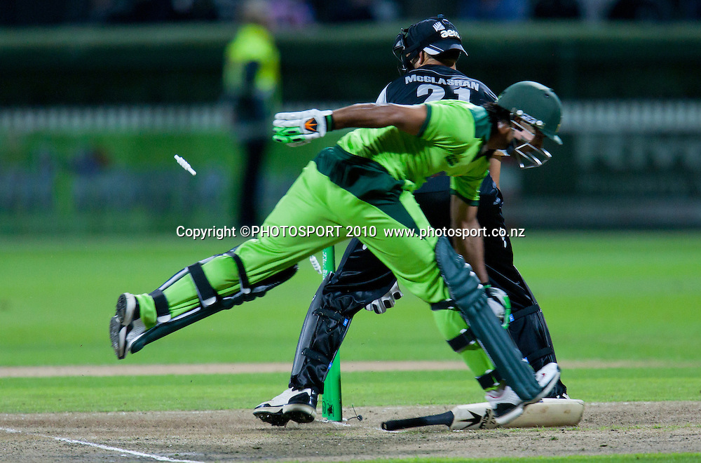 Peter McGlashan attempts to run out Mohammad Hafeez during New Zealand Black Caps v Pakistan, Match 2, won by NZ by 39 runs. Twenty 20 Cricket match at Seddon Park, Hamilton, New Zealand. Tuesday 28 December 2010. . Photo: Stephen Barker/PHOTOSPORT