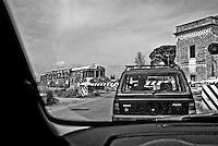 attesa ad uno dei tanti passaggi a livello che tagliano in due i paesi del Salento mentre sopraggiunge il treno. Reportage che racconta le situazioni che si incontrano durante il viaggio lungo le linee ferroviarie SUD EST nel Salento.