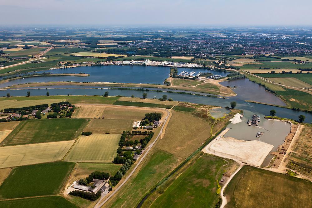 Nederland, Noord-Brabant, Gemeente Oss, 08-07-2010. Maas met jachthaven en Loonse Waard. Onder in beeld de Keentsche Uiterwaard. De oorspronkelijk meander is in het kader van de Maasnormalisatie (kanalisatie) afgesneden. Dit naar aanleiding van de watersnood in het rivierengebied in 1926. Inmiddels wordt de oude rivierarm weer uitgegraven en aan één zijde met de Maas verbonden om bij hoogwater meer water uit de Maas te kunnen bergen..Meuse with Keent floodplain. The original meander has been cut during the Meuse Standardization (canalisation). This was done in response to the floods in 1926. Meanwhile, the old river arm is being excavated and one sided is reconnected to the river to create storage for water during high water..luchtfoto (toeslag), aerial photo (additional fee required).foto/photo Siebe Swart