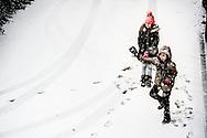 ROTTERDAM - sneeuwballen gooien kinderen spelen sneeuw in rotterdam zuid in de wijk katendrecht Het KNMI heeft code oranje afgegeven voor zondagochtend wegens verwachte 'flinke' sneeuwval en gladheid. Zondagochtend trekt een gebied met flinke sneeuwval vanuit het zuidwesten het land binnen. ROBIN UTRECHT