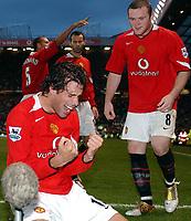 Fotball<br /> Premier League England<br /> Foto: BPI/Digitalsport<br /> NORWAY ONLY<br /> <br /> 24.10.2004<br /> Manchester United v Arsenal<br /> <br /> Ruud Van Nistlerooy celebrates after making it 1-0 with fellow scorer Wayne Rooney