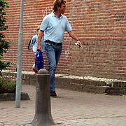 NLD/Laren/20050709 - John de Mol winkelend in Laren zonder beveiliging met pakje sigaretten in de hand