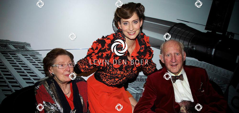DEN HAAG - In het Afas Theater is het slotapplaus gehouden en daarna is er direct een afterparty voor alle genodigden. Met hier op de foto  Pia Douwes en haar ouders vader Evert Douwes en moeder Nelleke Huf-Douwes. FOTO LEVIN DEN BOER - PERSFOTO.NU
