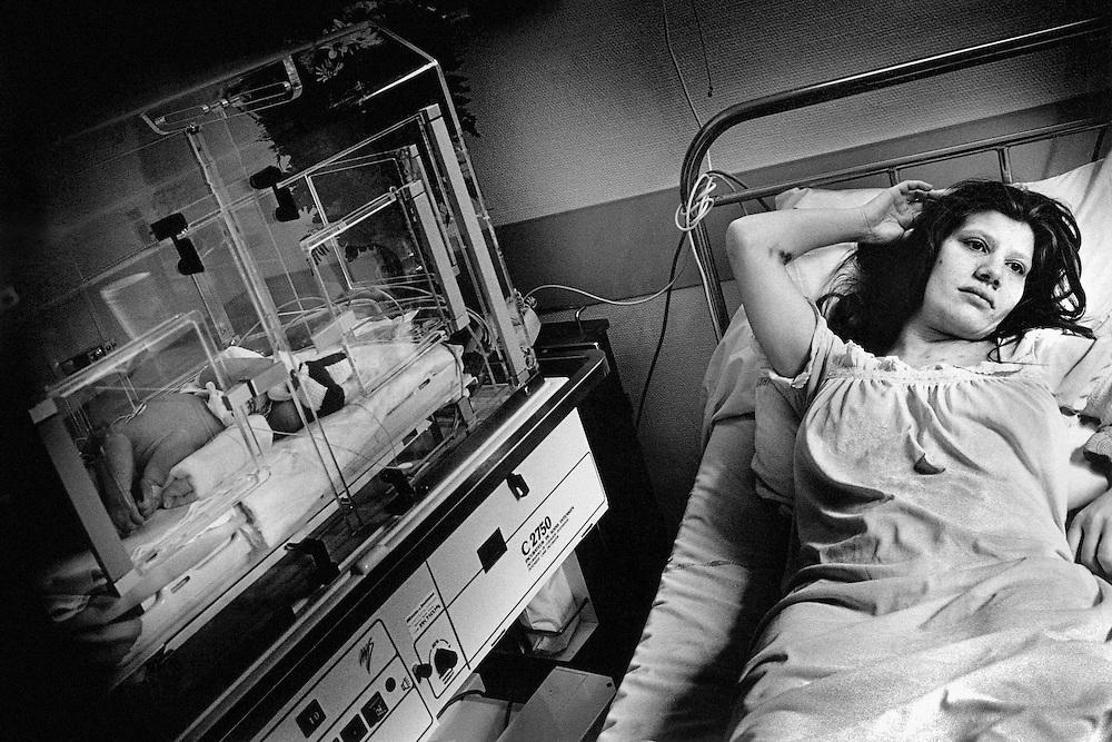 Paris, mai 1996. La naissance. Nathalie et sa fille, Leila. Jusqu'a sa sortie de la maternite, la peur qu'on lui enleve son enfant ne la quittera pas.