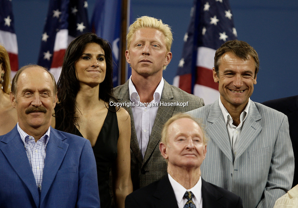 US Open 2008, USTA Billie Jean National ..Tennis Center,New York, Eroeffnungsabend und Parade of Champions Veranstaltung mit 40 ehemaligen US Open Siegern. L-R. Monica Seles (USA) Stan Smith (USA), Gabriela Sabatini (ARG), Boris Becker (GER), Rod Laver (AUS), Mats Wilander (SWE), Ivan Lendl (USA), Virginia Wade (GBR)...Foto: Juergen Hasenkopf..B a n k v e r b.  S S P K  M u e n ch e n, ..BLZ. 70150000, Kto. 10-210359,..+++ Veroeffentlichung nur gegen Honorar nach MFM,..Namensnennung und Belegexemplar. Inhaltsveraendernde Manipulation des Fotos nur nach ausdruecklicher Genehmigung durch den Fotografen...Persoenlichkeitsrechte oder Model Release Vertraege der abgebildeten Personen sind nicht vorhanden...