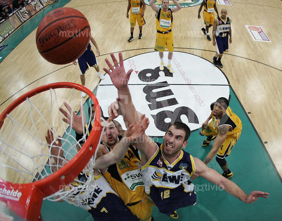 Basketball   1. Bundesliga 2007/2008   23.02.2008 Walter Tigers Tuebingen  - EWE Baskets Oldenburg Rasko Katic (Mitte,Tuebingen) gegen Jasmin Perkovic (re,Oldenburg) und Dan McClintock (re, Oldenburg)