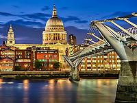 Die Millennium Bridge ist eine Fußgängerbrücke in London, die vom Tate Modern über die Themse genau auf die bei Nacht beleuchtete St. Paul's Kathedrale zu führt.