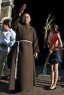Fray Máximo Rodríguez, durante las actividades religiosas de semana santa  en la zona colonial de Santo Domingo, República Dominicana.  El fray Máximo nació en Eguey al este del país en 1951. Se graduó del seminario franciscano capuchino en 1983 y desde 2004 es el sacerdote a cargo de las parroquias San Miguel y Las Mercedes en la ciudad de Santo Domingo.  Para el fraile ?la semana santa es el cumplimiento de la misión de Jesús para salvar a los hombres?. 15-22 de marzo de 2008. (Ramón Lepage/Orinoquiaphoto)   Fray Maximo Rodríguez during the celebration of Easter week in Santo Domingo, Dominican Republic. Born in Eguey, east of the country, he graduated from the seminar in 1983 and since 2004 is the priest in charge of San Miguel and Las Mercedes Parish in the city of Santo Domingo. (Ramon Lepage/Orinoquiaphoto)