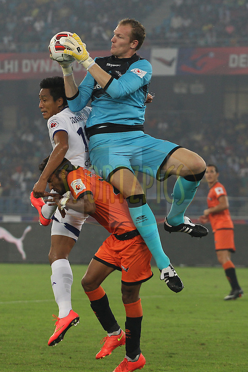 Delhi Dynamos FC goalkeeper Kristof Van Hout claims the cross during match 12 of the Hero Indian Super League between The Delhi Dynamos FC and Chennaiyin FC held at the Jawaharlal Nehru Stadium, Delhi, India on the 25th October 2014.<br /> <br /> Photo by:  Ron Gaunt/ ISL/ SPORTZPICS