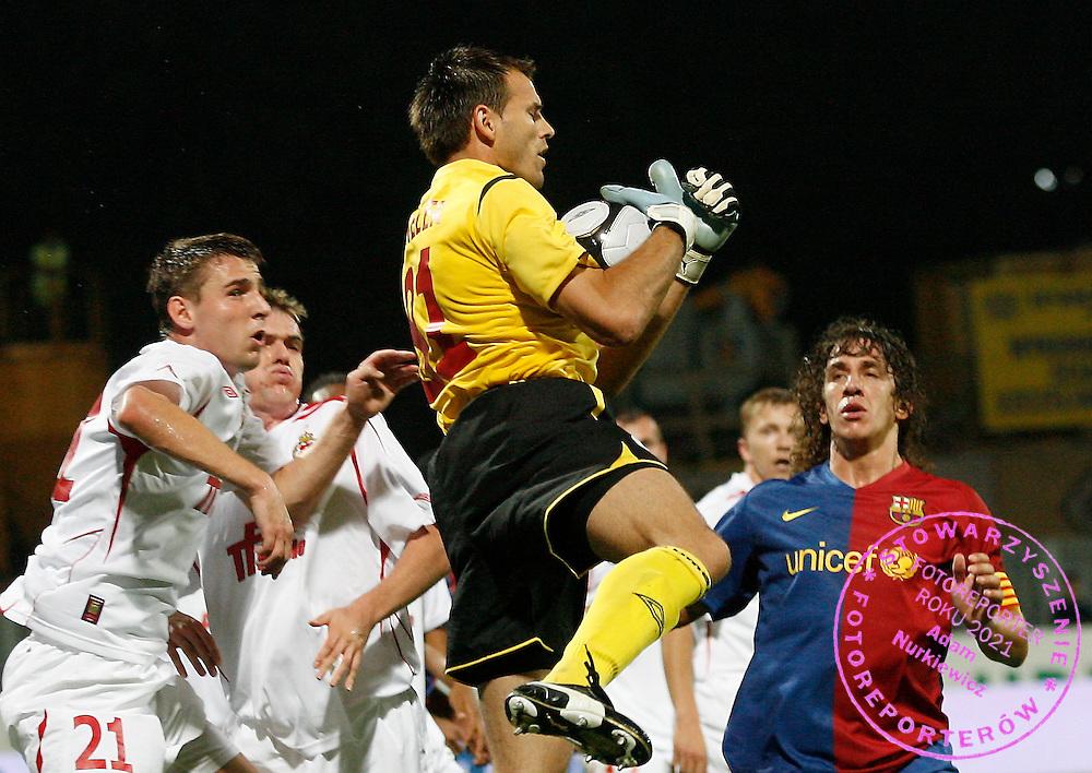 KRAKOW 26/08/2008.UEFA CHAMPIONS LEAGUE.THIRD QUALIFYING ROUND.SECOND LEG.WISLA KRAKOW v FC BARCELONA.NA ZDJ. BRAMKARZ MARIUSZ PAWELEK /C/ , WOJCIECH LOBODZINSKI /L/ /WISLA/ I CARLES PUYOL /BARCELONA//R/.FOT. PIOTR HAWALEJ / WROFOTO.