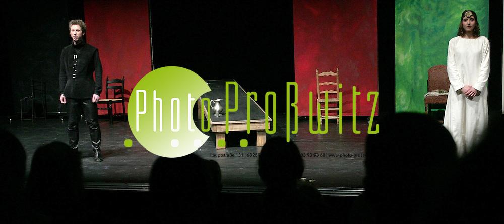 Ludwigshafen. Pfalzbau. Kinder- und Jugendtheater &quot;sagenhaft&quot;. &quot;Der Ring. Die Nibelungen&quot;. Am 25 Januar 2007 startet die II. Festwoche des Kinder- und Jugendtheater. Darsteller: Christiane Schulz und Jan Schuba <br /> <br /> Bild: Markus Pro&szlig;witz<br /> ++++ Archivbilder und weitere Motive finden Sie auch in unserem OnlineArchiv. www.masterpress.org ++++