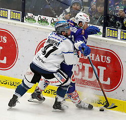 22.01.2015, Stadthalle, Villach, AUT, EBEL, EC VSV vs EHC LIWEST Black Wings Linz, 41. Runde, im Bild v.l. Curtis Murphy (Linz) und Eric Hunter (VSV) // during the Erste Bank Icehockey League 41th round match between EC VSV vs EHC LIWEST Black Wings Linz at the City Hall in Villach, Austria on 2015/01/22, EXPA Pictures © 2015, PhotoCredit: EXPA/ Oskar Hoeher
