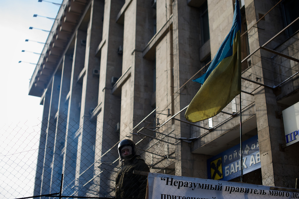 January 26, 2014 - Kiev, Ukraine: A antigovernment protestor monitors one of the barricades outside Maidan. (Paulo Nunes dos Santos)