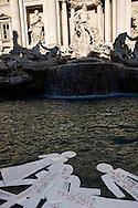Roma 18 Dicembre  2013<br /> Sagome con i nomi e le date a ricordare le  stragi di migranti nel Mediterraneo sono state gettate nella Fontana di Trevi, da attivisti pro-migranti nella Giornata Internazionale dei Migranti.<br /> Roma 18 Dicembre  2013<br /> Silhouettes with names and dates to remember the massacres of migrants in the Mediterranean have been thrown into the Trevi Fountain, from pro-migrant activists in the International Migrants Day