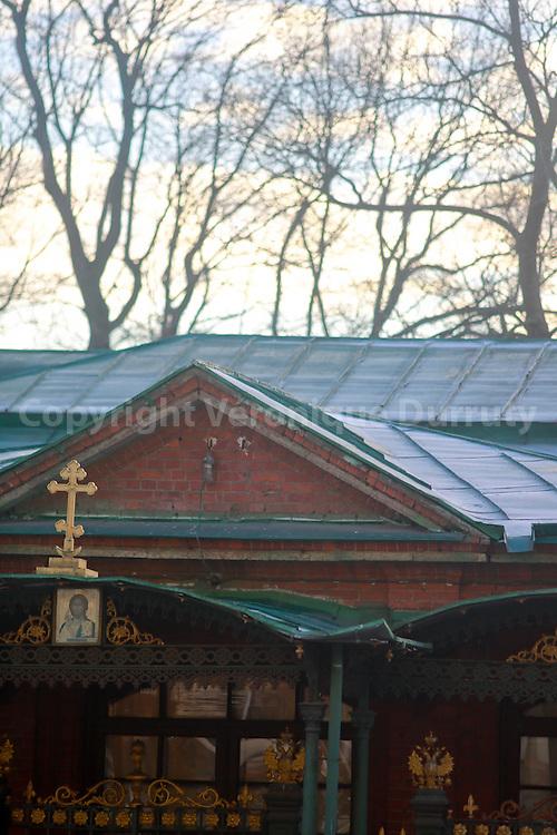 Peter's house, St Petersburg, Russiai. This very simple house, the oldest in St Petersbourg is the house of Peter the Great  // La maison de PIerre, Saint Peterbourg, Russie. La maisonnette de Pierre le Grand est la plus vielle construction de Saint-Pétersbourg où le fondateur de la ville passa l'été de 1703. C'est une maison en bois très simple, de style hollandais, peinte en rouge avec des lignes blanches.