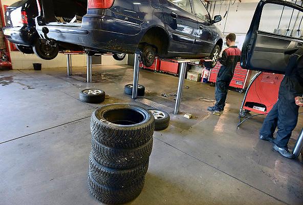 Nederland, Malden, 24-10-2013In de autogarage worden de winterbanden weer aan de auto gezet.Foto: Flip Franssen/Hollandse Hoogte