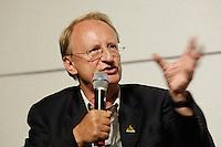 """22 AUG 2005, BERLIN/GERMANY:<br /> Klaus Staeck, Grafiker, waehrend einer Diskussion zum Thema """"7 Jahre rot-gruene Kulturpolitik"""", Palais der Kulturbrauerei<br /> IMAGE: 20050822-03-074"""