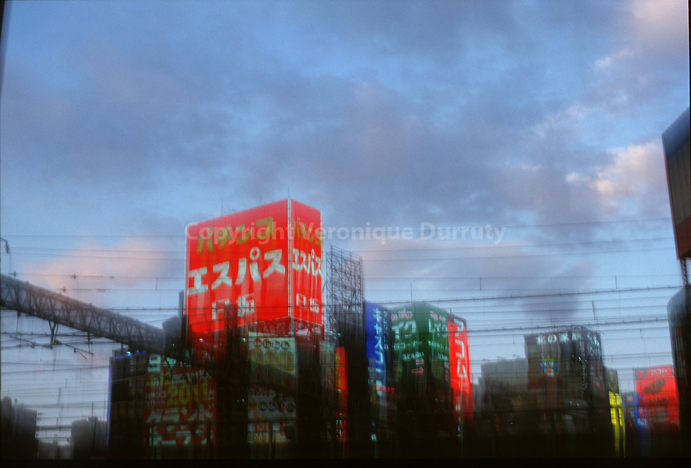 VOIR ROUGE A TOKYO (LES NEONS)<br /> 2002<br /> prise de vue et tirage argentique<br /> 20 cm x 30 cm num&eacute;rot&eacute; et sign&eacute; devant<br /> sous passe partout et cadre 32 cm x 42 cm<br /> edition de 5 exemplaires<br /> 240 euros<br /> 200 euros le tirage seul<br /> <br /> <br /> Lights of the City :Seing The Red of Tokyo, Japan // Tokyo, Japon