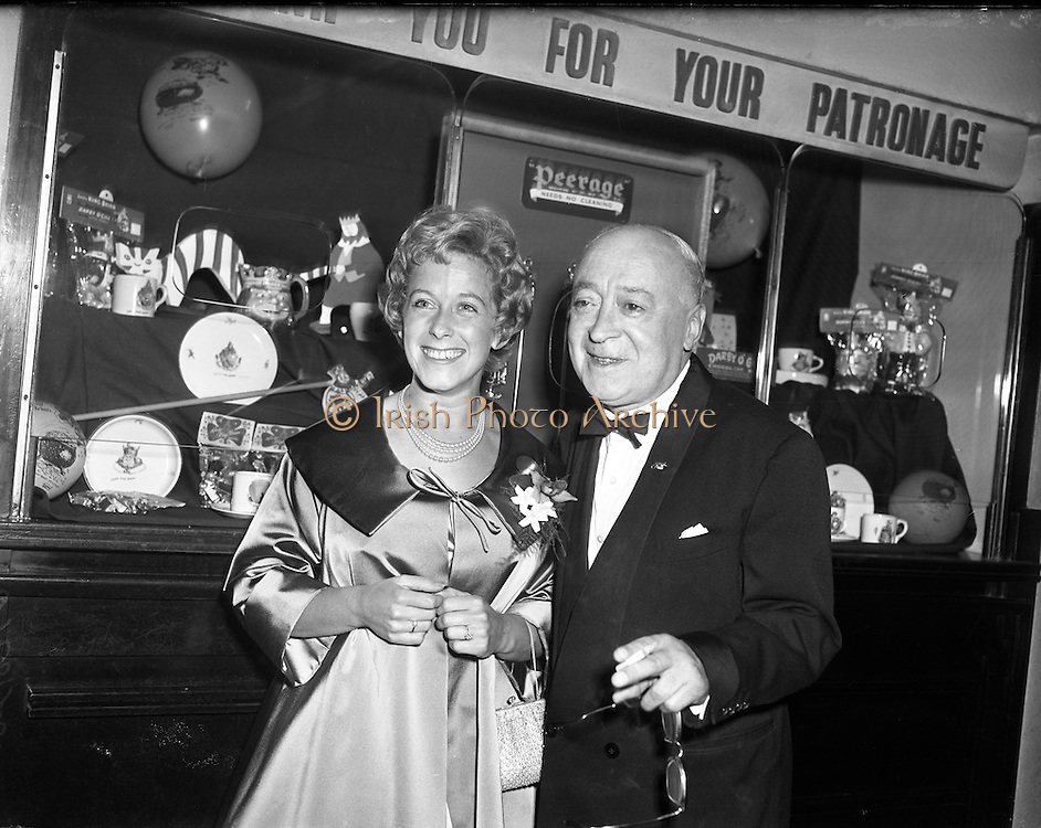 World Premiere of Darby O'Gill and the Little People at the Theatre Royal.  .Jimmy O'Dea looking at Peerage Braassware..24/06/1959