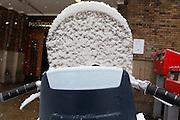 Het ruitje van een een kinderzitje zit onder de sneeuw.<br /> <br /> The window of a child seat covered with snow