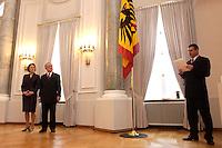 07 JAN 2004, BERLIN/GERMANY:<br /> Johannes Rau (R), Bundespraesident, und seine Frau Christina Rau (L), waehrend dem Neujahrsempfang des Bundespraaesidenten, Schloss Bellevue<br /> IMAGE: 20040107-01-007<br /> KEYWORDS: Empfang, Neujahr, Bundespräsident, Gattin, Praesidentengattin, Präsidentengattin, Flagge, Fahne, Bundesadler, Defilee
