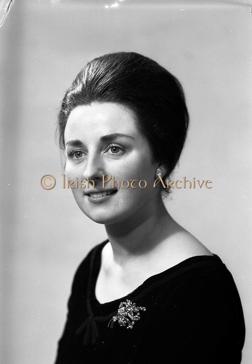 """26/01/1963<br /> 01/26/1963<br /> 26 January 1963<br /> Maire Ní  Neill, Gael Linn Actress in """"Sé Seo mo Oilean""""  (IS É SEO M'OILEÁN) by Sean O Tuama at Damer Hall, Dublin."""