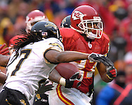 Kansas City Chiefs running back Larry Johnson (R) rushes past Jacksonville defensive back Rashean Mathis (L) for a 48-yard gain in the second quarter at Arrowhead Stadium in Kansas City, Missouri, December 31, 2006.  The Chiefs beat the Jaguars 35-30.<br />
