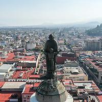 Toluca, México.- Aspectos de la remodelación de los Portales de la cudad de Toluca que han sido pintados en tono claro; la imagen de San José que se ibica en lo alto de la catedral. Agencia MVT / Mario Vázquez de la Torre.