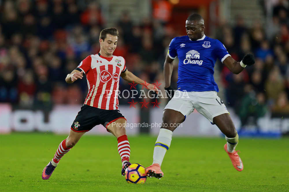 SOUTHAMPTON, ENGLAND - Saturday, November 19, 2016: Everton's Yannick Bolasie and Southampton's Cedric Soares during the FA Premier League match at St. Mary's Stadium. (Pic by David Rawcliffe/Propaganda)