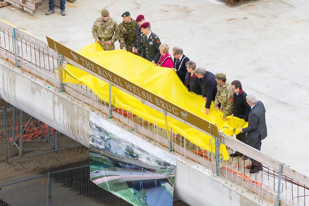 Nederland, Den Bosch, 20141024.<br /> de laatste gezamenlijke herdenking van &rsquo;s-Hertogenbosch en de bevrijders van de stad in 1944, The Royal Welsh.<br /> Als eerbetoon aan de Royal Welsh wordt een nieuwe brug over de Dieze in de stad genoemd naar hen: The Royal Welsh Brug.<br /> De offici&euml;le onthulling van de naam van de brug is na een spectaculaire overmeestering van de brug door onder andere de luchtmobiele brigade van het Regiment van Heutsz. Hierbij worden helikopters en vaartuigen ingezet. Gevolg door een fly pass van een drietal historische vliegtuigen van Vliegend Museum Seppe.<br /> <br /> Netherlands, Den Bosch, 20141024.<br /> the last joint commemoration of 's-Hertogenbosch and the liberators of the city in 1944, The Royal Welsh. <br /> As a tribute to the Royal Welsh is a new bridge over the Dieze in the city named after them: The Royal Welsh Bridge. <br /> The official unveiling of the name of the bridge after a spectacular conquest of the bridge including the brigade Regiment Heutsz. These are helicopters and vessels deployed. Followed by a fly pass of three historic aircraft Flying Museum Seppe.