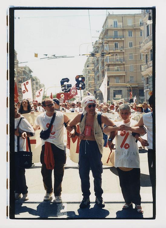 Proteste contro il summit del G8, Genova luglio 2001. Corteo di sabato 21 luglio. Manifestanti di Attac. Alcuni hanno il loro nome scritto sulla maglietta, una precauzione contro la repressione: chi fsse testimone di un arresto potrebbe riferire ai legali del GSF il nome della persona fermata.