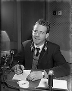 01/03/1956<br /> 03/01/1956<br /> 01 March 1956<br /> Radio Review special for Radio Eireann Junior Sorts Magazine show. Leo Nealon, G.A.A. reporter on Junior Sport Magazine show from Radio Eireann at R.E. Studios.